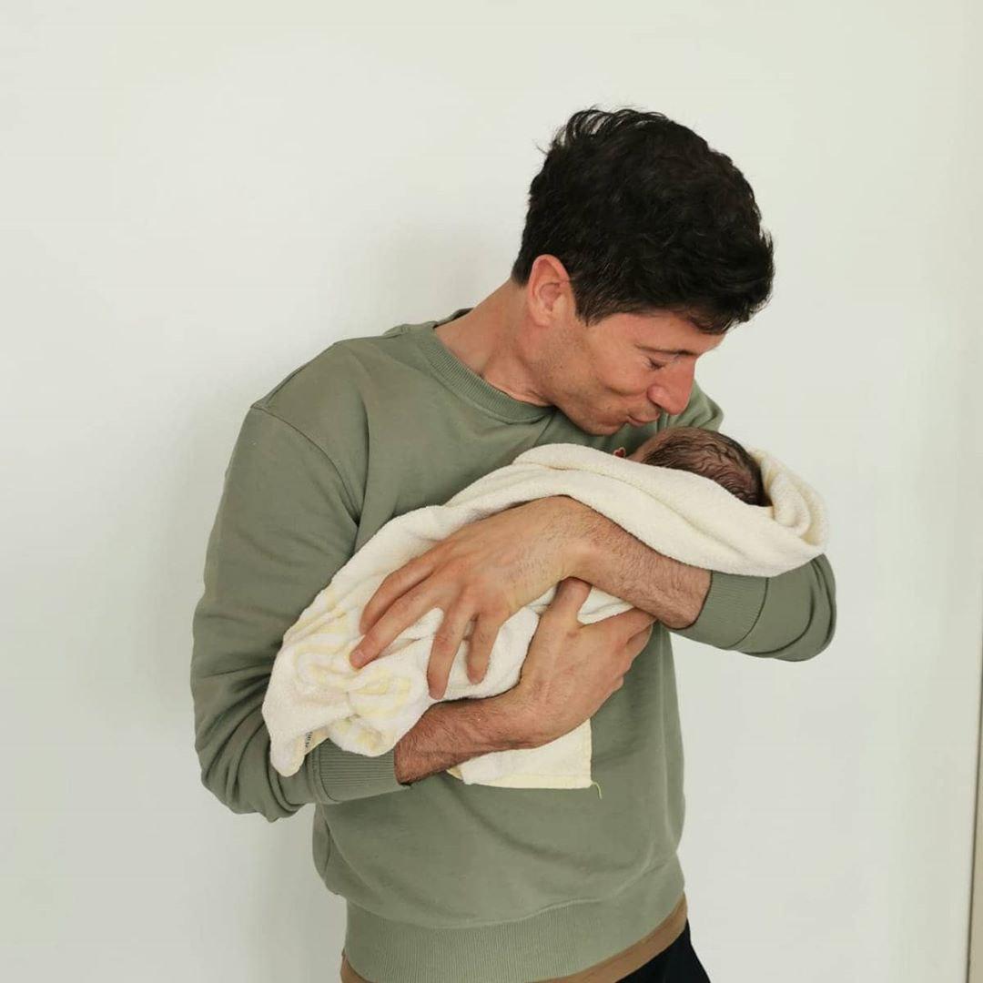 """صورة - ليفاندوفسكي يستقبل مولودته الثانية """"آنا"""""""