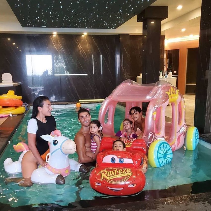 اتفرج.. صديقة رونالدو تنشر صورة مثيرة من حمام السباحة