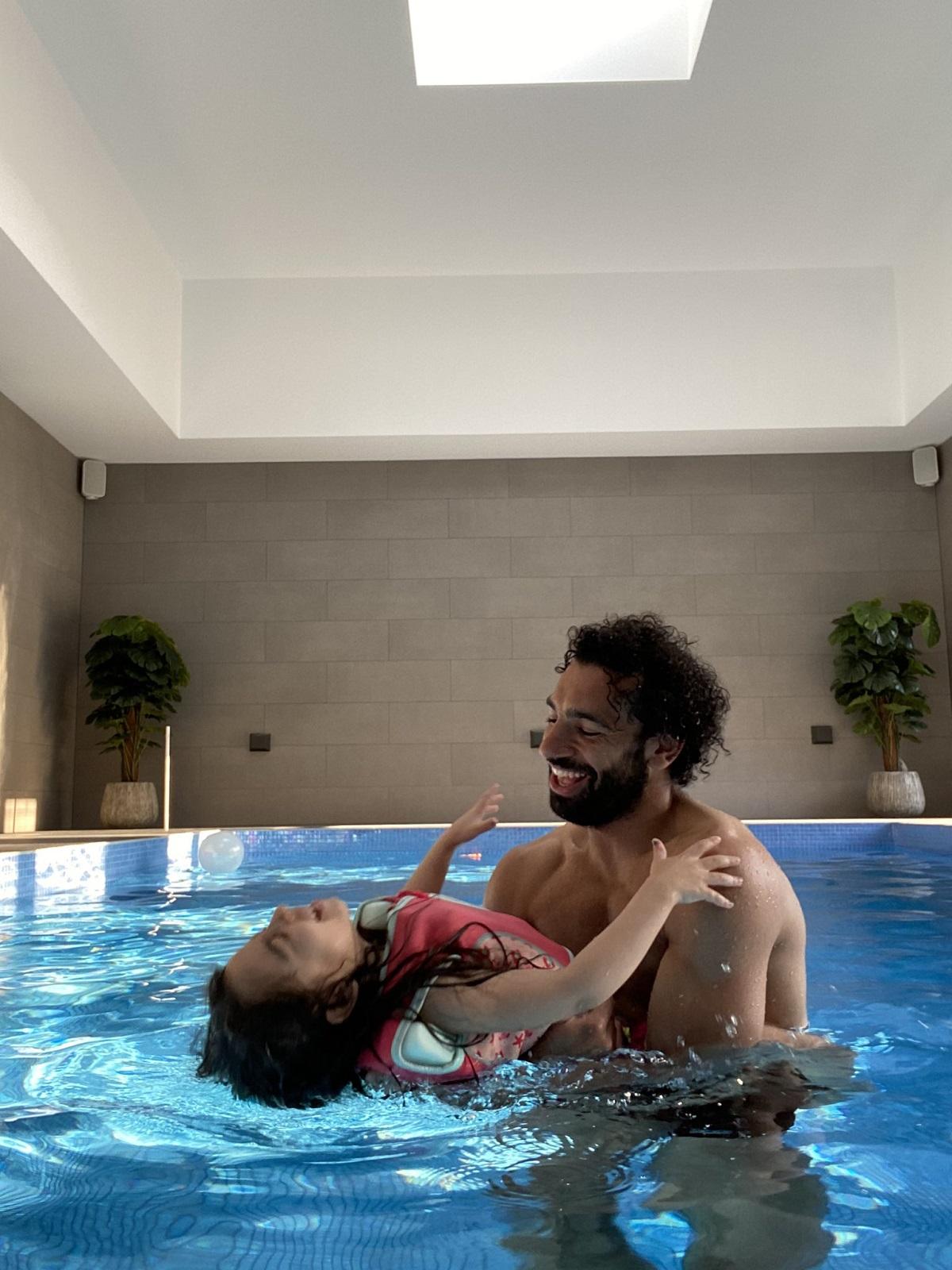 داخل حمام السباحة.. شاهد صلاح ومكة يشعلان تويتر